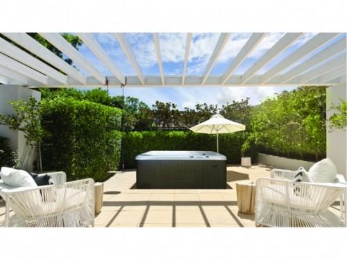 les 5 raisons d 39 acheter un spa cet t swimmingpool. Black Bedroom Furniture Sets. Home Design Ideas